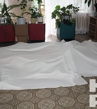 Тела умерших сложили в коридоре соседнего корпуса.