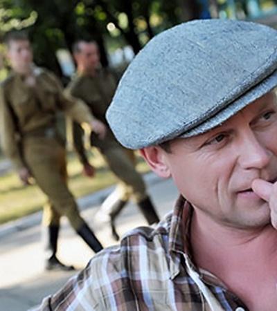 В картине Сергей Жигунов играет роль офицера КГБ.