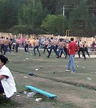 Около 80 голых по пояс молодчиков с битами, кусками арматуры и травматическими пистолетами ринулись на толпу зрителей. А потом скрылись так же быстро, как и появились.