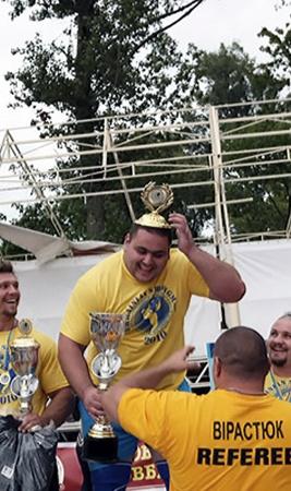 Александр Лашин (в центре) принимает награду из рук Василия Вирастюка.