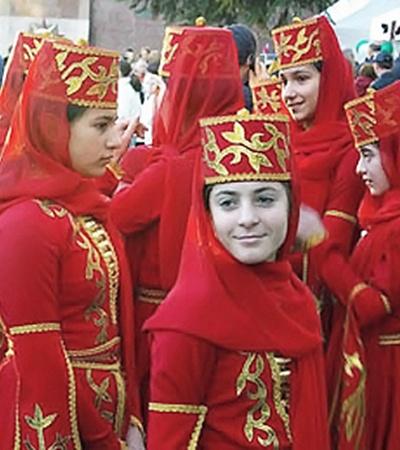 Юные черкешенки в национальных костюмах. Вряд ли они подозревают, какая большая политическая игра затевается вокруг их народа.