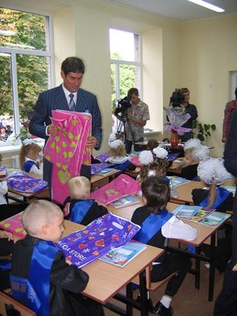 Борис Петров раздавал детям сладости.