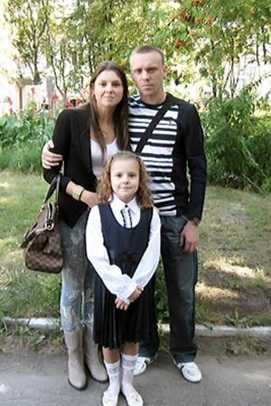 Третьеклашка Даша Валяева с мамой и папой.