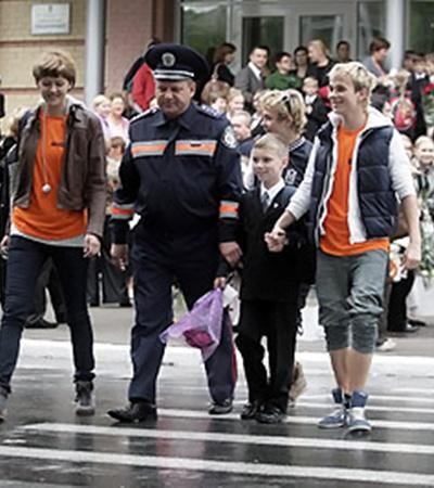 Корреспондент «КП», инспектор ГАИ и «фабриканты» напомнили школьникам о правилах безопасности на дороге.
