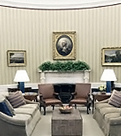 А так видит Овальный кабинет со своего рабочего места Барак Обама. Август 2010 года.