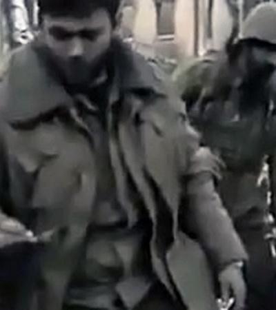 Кадр из видеоролика 15-летней давности: сослуживец погибшего офицера протягивает звездочки человеку, который держит камеру. Мы его не видим, но этот человек - Шевчук.