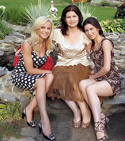Лилия - сейчас единственная блондинка в семье (на фото с мамой и сестрой).