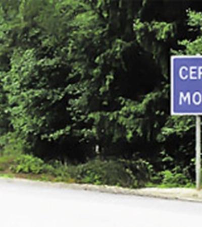 «Россиянам Москва ближе» - данные знаки установлены на Ярославском шоссе недалеко от Переславль-Залесского в 100 м от поста ГИБДД. Информируют российских водителей, что им ехать до столицы на 5 км меньше, чем иностранцам.
