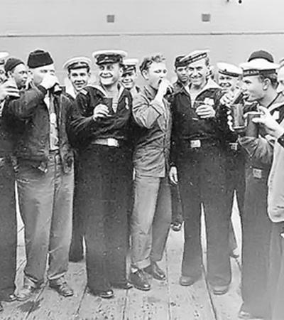 2 сентября 1945-го. Так советские и американские моряки праздновали победу на одном из кораблей в Токийском заливе.