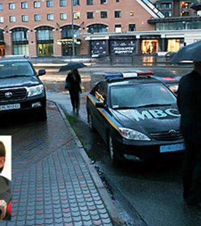 Экс-глава МВД грозился лечь под колеса джипа.