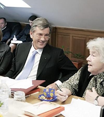 Несмотря на почтенный возраст, племянница писателя Коцюбинского Михайлина пользуется неизменной популярностью у сильных мира сего.