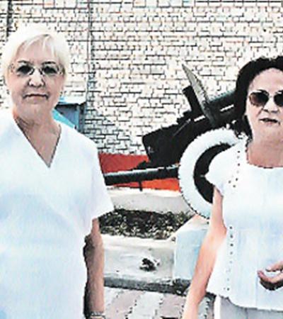 Дневные воспитатели Алевтина Петрова (слева) и Людмила Воробьева развели руками: «А мы что могли? Посоветовали написать заявление в милицию!»
