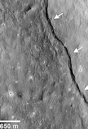 Вот такие борозды и наводят ученых на мысль, что Луна уменьшается в диаметре.