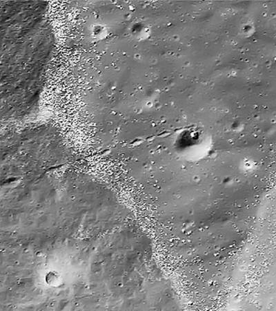 Камень на Луне, который скатился неизвестно с чего.