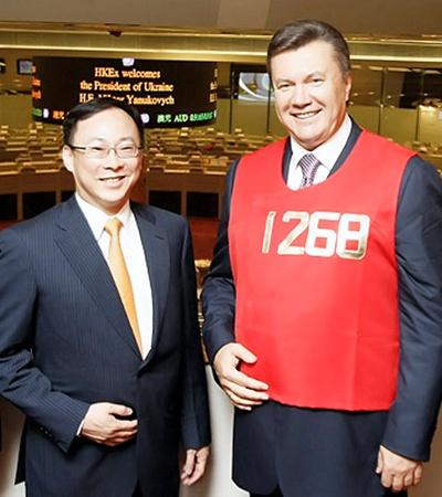 Гонконгские брокеры подарили президенту на память «счастливый» жилет.