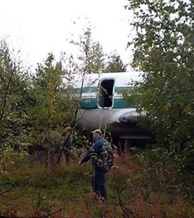 Судьбу неисправного самолета будут решать власти Якутии, а пока его опечатали и выставили охрану.