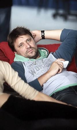 Логвинов-Букин лежал на диванчике и читал книжку.