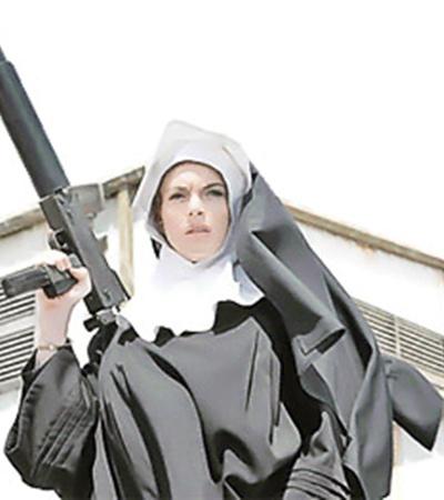 Линдси Лохан в «Мачете» половину фильма разгуливает голой, а вторую половину - в костюме монашки.