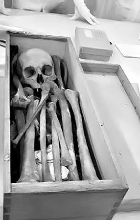 Когда саркофаг открыли в сентябре прошлого года, обнаружили только один скелет.