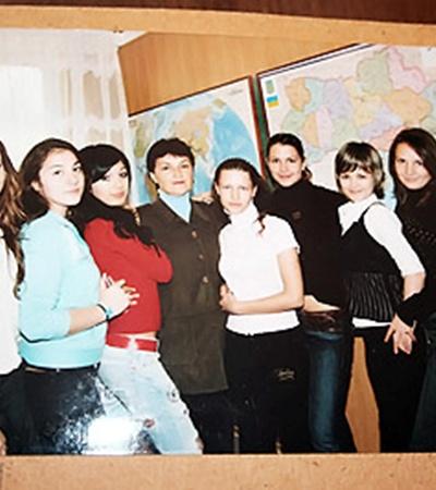 В школе Катя (крайняя слева) была обычной девочкой, хорошо училась, а иногда, как и все, могла прогулять урок.