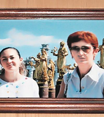 Дочь и жена народного целителя. Отчасти он оставил программу и ради них - слишком редко виделись.