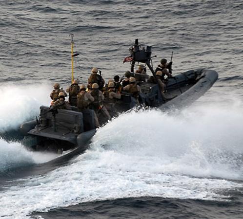 Катера со спецназовцами на полной скорости устремляются к контейнеровозу