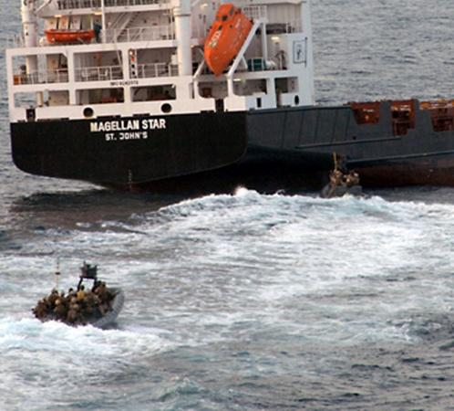 Через пару минут оба катера достигают захваченного пиратами судна