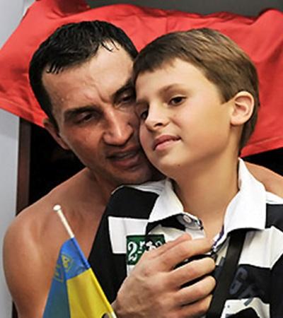 10-летний Егор-Даниэль одним из первых поздравил дядю Вову. Для мальчика это первый поход на большой бокс.