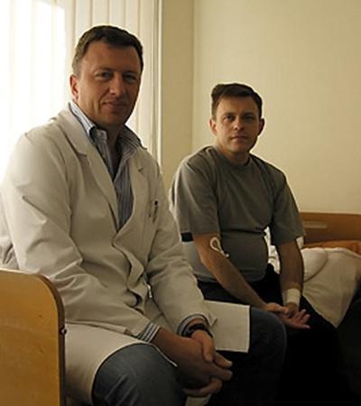 Владислав Закордонец продолжает лечить людей. Его пациент Валерий готовится к трансплантации почки от матери.