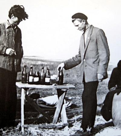 Когда приезжали трудиться в колхоз, главным заводилой был Лешка. Так Леонида Даниловича называли друзья, которые попросили дописать: «На фото - лимонад!»