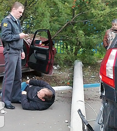 Фото, сделанное очевидцем: милиционер кому-то звонит:
