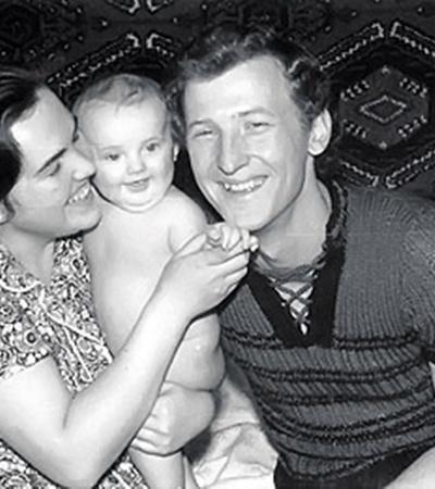 Татьяна и Юрий Кравченко познакомились в 1969 году в городке Александрия (Кировоградская область), откуда был родом будущий министр. Татьяна Петровна как-то рассказала «КП», что с Юрием она не расставалась со дня знакомства. На фото супруги Кравченко с дочкой.