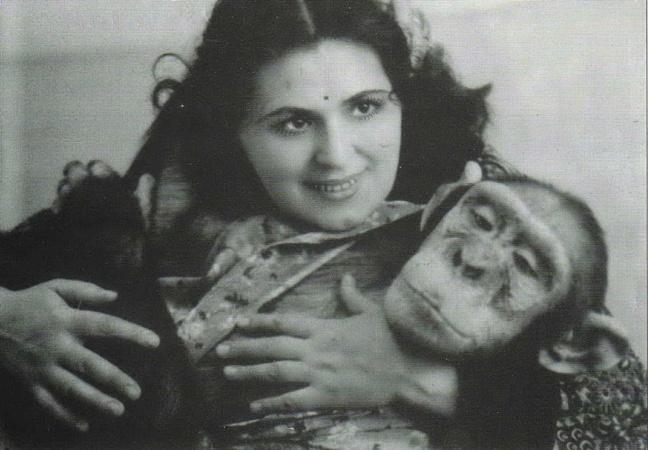 Нина Капитанова с шимпанзе Нерой.