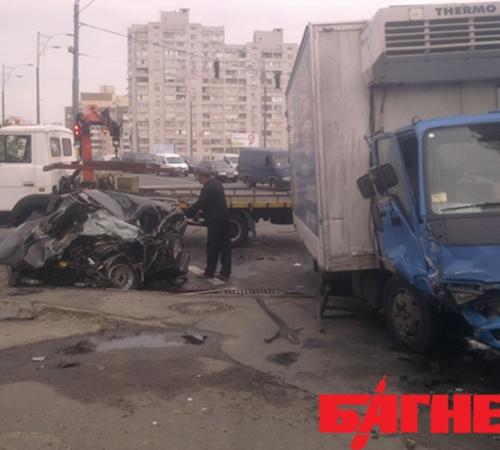 Сегодня около 6 утра на перекрестке улиц Драйзера и Бальзака в Киеве столкнулись легковой «Опель» и грузовик «Исузу».  Фото: Багнет