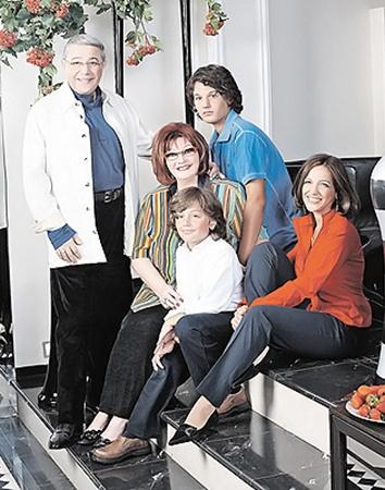 Вся семья в сборе. Евгений Ваганович с женой Еленой Степаненко, дочерью Викторией и двумя внуками.