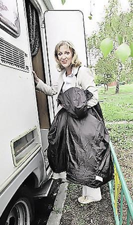 На время съемок следователю Каменской выделен «кабинет на колесах» - специально арендованный для Елены Яковлевой трейлер.
