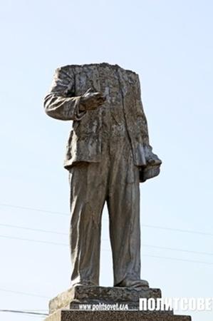 Единственный памятник в поселке остался без головы. Фото с сайта politsovet.ua