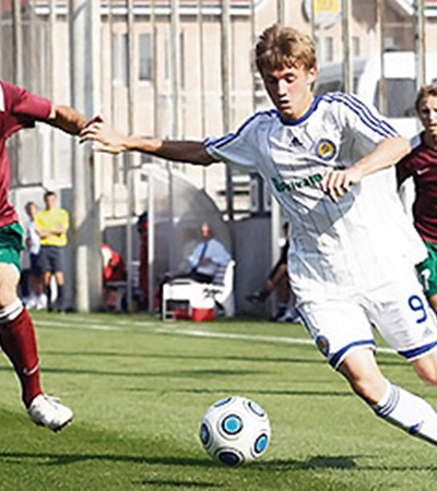 …Калитвинцев-сын (справа) только начинает делать первые шаги во взрослом футболе.