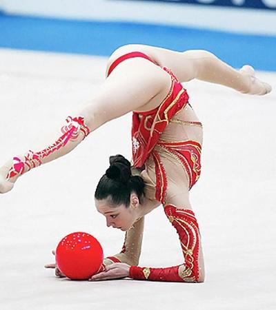 Дочь футболиста Владимира Бессонова Анна даже в гимнастике виртуозно управлялась с мячом!