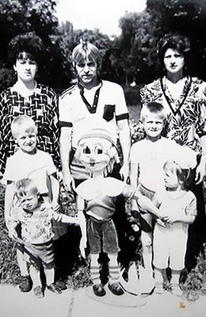 Петр Ротань с женой (справа), сынишками и племянницей.