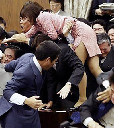 В драках, которые периодически вспыхивают в парламенте Японии, принимают участие почти все депутаты.