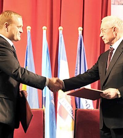 От Партии регионов меморандум подписал председатель ПР Николай Азаров, от СМРУ - глава организации Андрей Пинчук.
