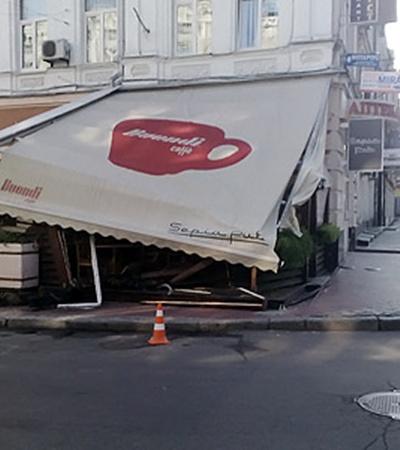 Обломки веранд завалили вход в кафе.