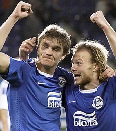Александр Гладкий (слева) забил первый гол за «Днепр» с подачи Виталия Денисова.