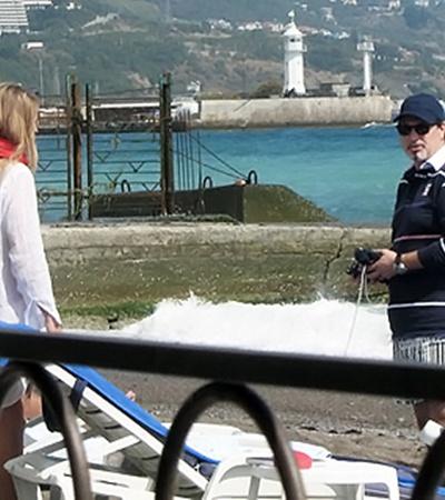 На пляж Валерий Меладзе пришел со спутницей.