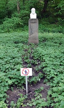 В парке Умани не зарастает ноготворная тропа к рукотворному бюсту Гомера. Пришлось поставить оригинальный знак: «Человеку вход воспрещен!» (Прислала Людмила Марчук.)