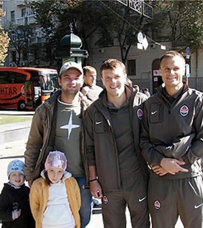 До матча транспорт дончан мирно ездил по улицам Харькова, а игроки клуба фотографировались с местными любителями футбола (в центре - Гай, справа - Шевчук).
