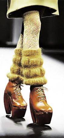 Вязаные гольфы и тяжелые ботинки на шнурках идеально дополняют друг друга.