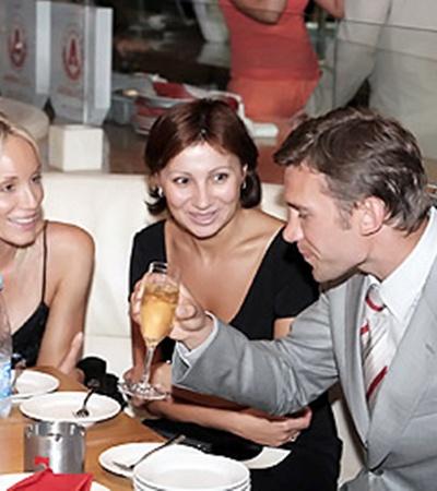 Кристен (слева), Елена (в центре) и Андрей: - Ну, за здоровье!