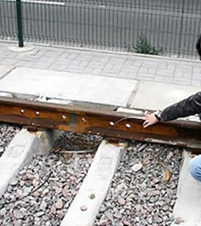 Наш корреспондент с помощью рулетки замерил новые рельсы: их длина - 12,5 метра, что вполовину меньше положенного, а по всему пути зияют дыры для болтов.